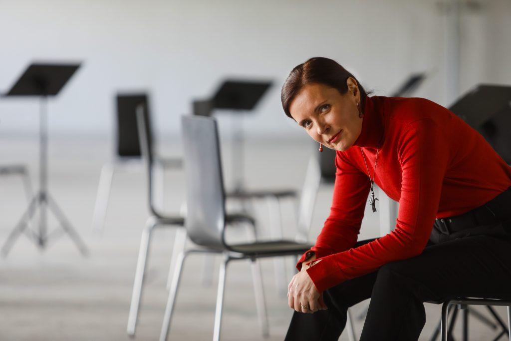 Kuvassa kurssien johtaja, pahuuden ja rikollisuuden asiantuntija, psykologian tohtori ja kirjoittamisenopettaja Taina Kuuskorpi.